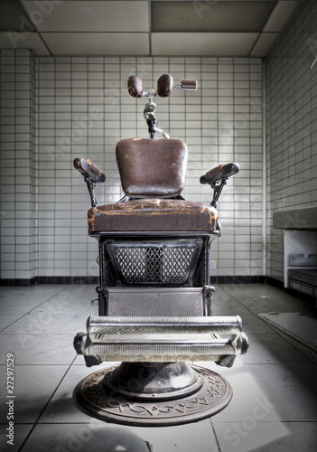 Tuinposter Retro An old anxious dentist chair at an abandoned hospital