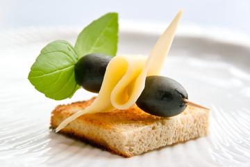 Tost z żółtym serem i oliwkami.