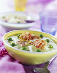 creamed pea soup with crunchy bacon