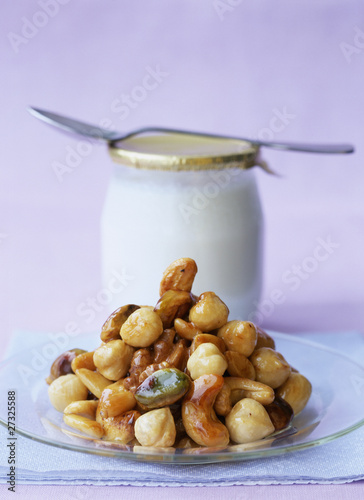 Pan-fried nuts with honey and yoghurt