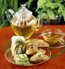 Cake marbré with green tea, madeleines with rosemary and rose petals