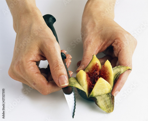 cutting the fig in the shape of a flower