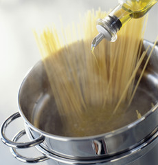 Adding a drop of olive oil in the cooking spaghettis