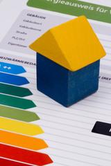 auf einer Energieklasseneinteilung steht ein Haus