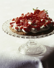 Shortbread crust with cream and strawberries