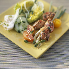 Chicken kebabs with raw vegetables