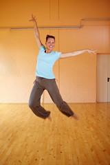 Tänzerin macht Luftsprung