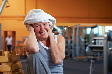 Seniorin mit Handtuch um Kopf