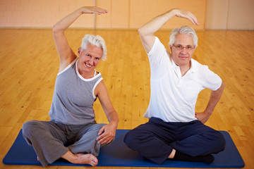 Seniorenpaar macht Gymnastik