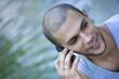 Téléphone portable jeune homme beau caucasien bonheur