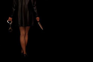 Frau hält Handschellen und Messer bereit