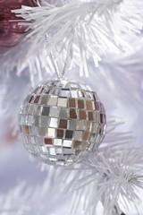 Discokugel im weißen Weihnachtsbaum