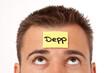 Mann mit Haftnotiz auf der Stirn - Depp
