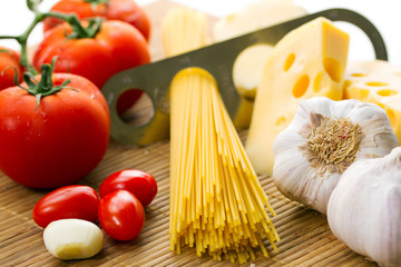Composition of pasta, tomato and garlic
