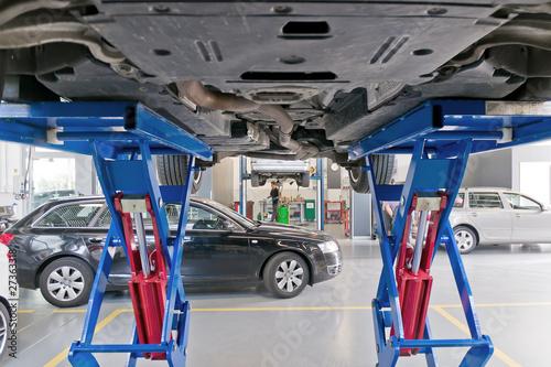 Autoveicolo su ponte sollevatore immagini e fotografie for Ponte sollevatore mobile per auto