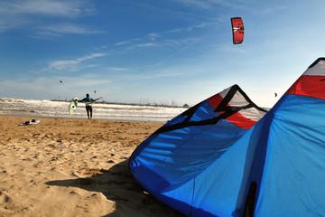 Kite surfing sulla spiaggia