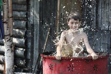 Маленький мальчик играет в воде
