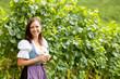 Frau mit Weinglas im Weingarten