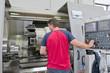 Operaio programma fresa industriale