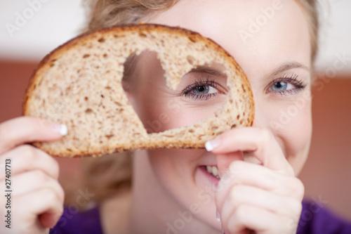 schöne frau mit einem herz für bäcker - 27407713