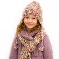 bambina con sciarpa e cappello di lana