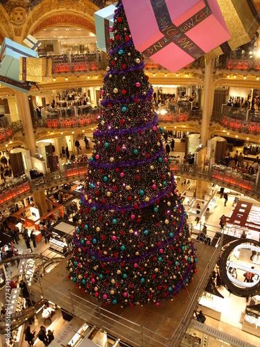 bunter Weihnachtsbaum im La Fayette