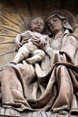 statua di Madonna con bambino in braccio