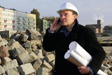 Architekt telefoniert