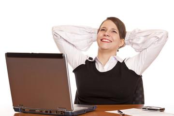 lachende Geschäftsfrau beim Zurücklehnen u. Entspannen im Büro