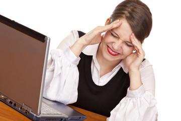 Junge gestresste Frau mit Laptop hat Kopfschmerzen im Büro