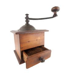 Vieux moulin à café avec le café moulu dans le tiroir