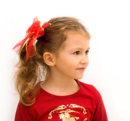 Bimba vestita di rosso