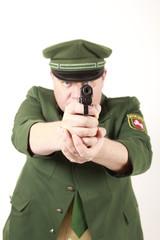 Ein Polizist richtet die Pistole gegen dich