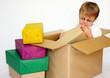 Junge beim Päckchen auspacken
