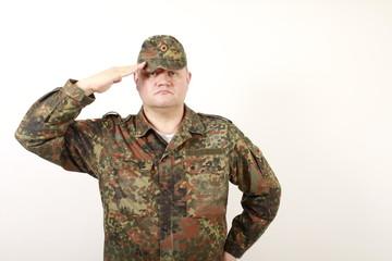 Deutscher Soldat grüßt