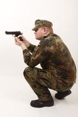 Ein Soldat beim Schießen mit einer Pistole