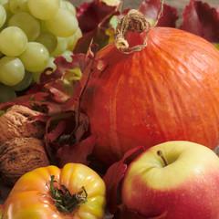 Stilleben mit Kürbis und Früchten