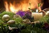 Fototapety stroik świąteczny przed kominkiem