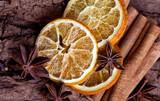 Scheiben von getrockneter Orange mit Zimt und Sternanis