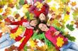 Trois enfants en automne