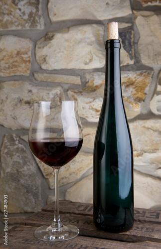 weinflasche mit glas von tim friedrich lizenzfreies foto. Black Bedroom Furniture Sets. Home Design Ideas