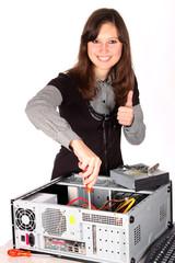 Jeune femme réparant un ordinateur