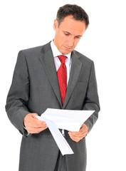 Geschäftsmann liest einen Brief