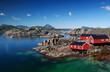 Leinwandbild Motiv Drei Rorbu Blockütten am Fjord