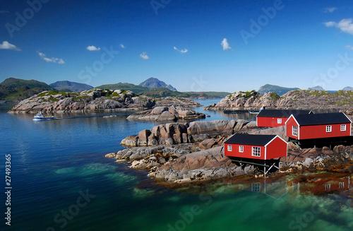 Foto op Plexiglas Scandinavië Drei Rorbu Blockütten am Fjord