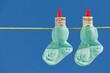 Baby Socken auf Wäscheleine mit Dollar Geldscheinen