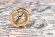 Dollar Geldscheine und Kompass