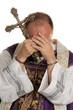 Missbrauch in Kirche. Pfarrer mit Handschellen