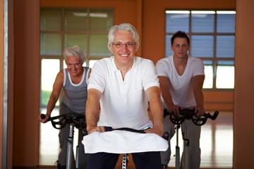 Älterer Mann auf Spinning-Rad
