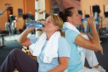 Frauen trinken Wasser